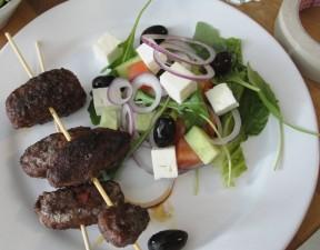 cevapcici-med-grekisk-sallad